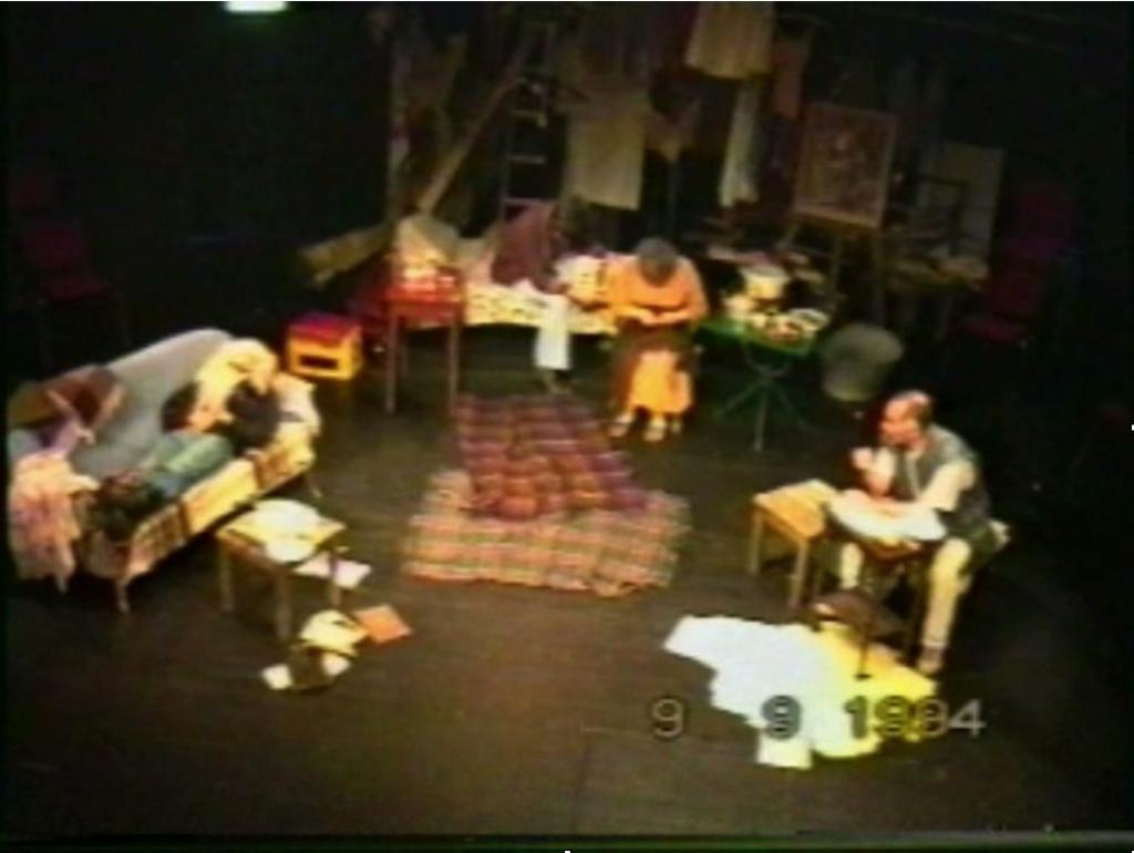 Abb. 1: Bühnenbild Skloniste. (VHS-Aufzeichnung 1993. Mit Genehmigung von Safet Plakalo) 4.